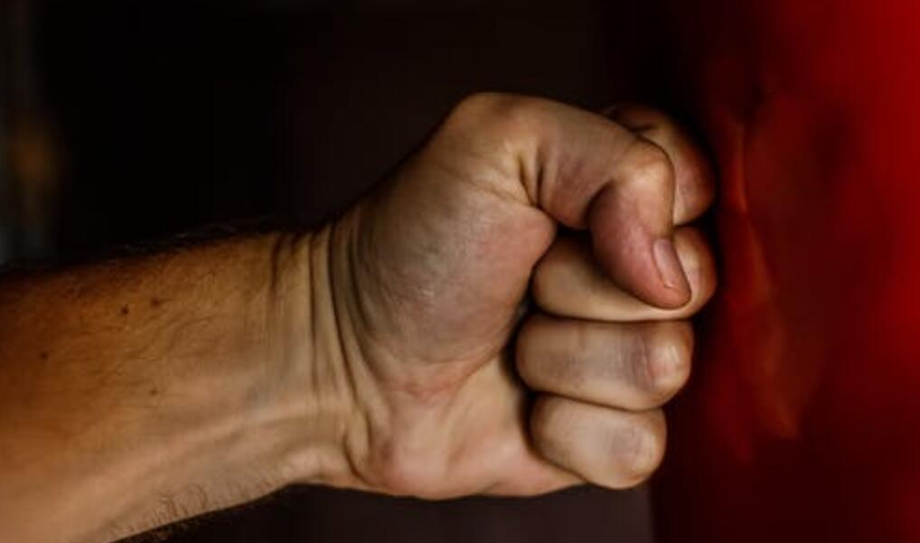北京心理咨询:15岁男生被舍友拿刀捅伤,情绪失控的危害有多大?